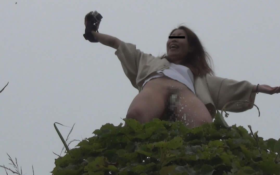 【マジキチ】高低差5m以上の高所から放尿してるまんさんのマジキチ画像よ、集まれwwwwwwwwwwww(画像あり)・1枚目