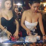 【※売上アップ】アジアの屋台の売り子がエロすぎると話題に。このアダルト商法は卑怯やろwwwwwwwwwwwww(画像)