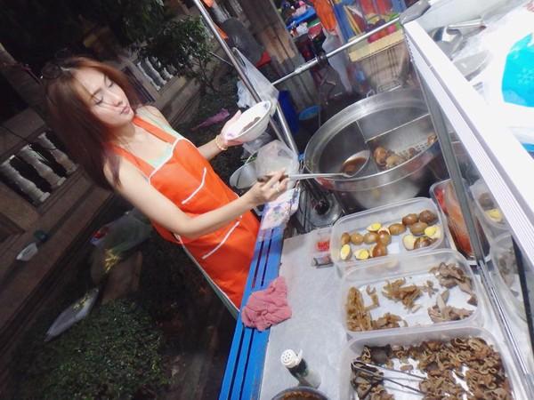 【※売上アップ】アジアの屋台の売り子がエロすぎると話題に。このアダルト商法は卑怯やろwwwwwwwwwwwww(画像)・12枚目