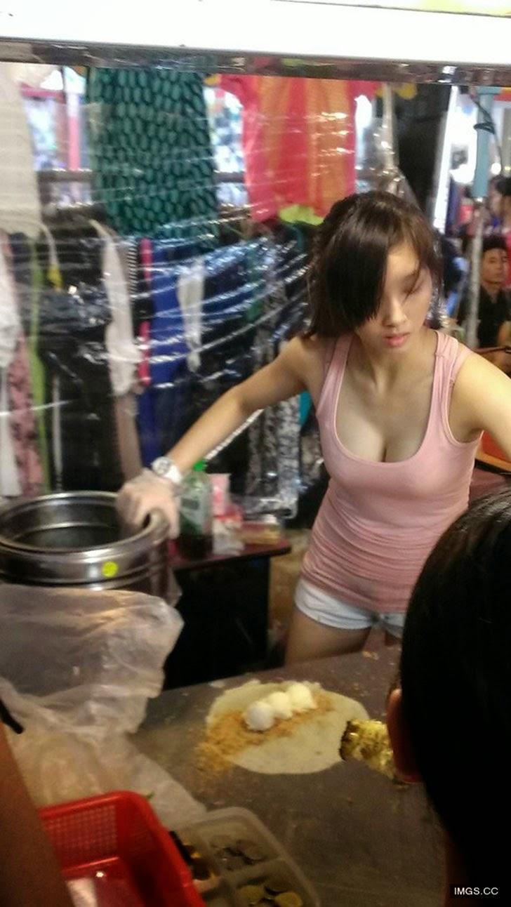 【※売上アップ】アジアの屋台の売り子がエロすぎると話題に。このアダルト商法は卑怯やろwwwwwwwwwwwww(画像)・19枚目