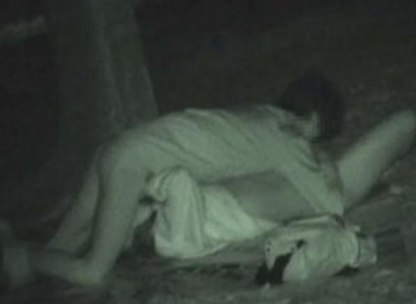 """【悲報】夜中に青姦するバカップル、見事に """" 暗視カメラ """" で撮影されるwwwwwwwwwwwwwww(画像あり)・12枚目"""