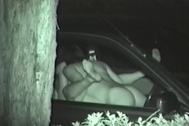 """【悲報】夜中に青姦するバカップル、見事に """" 暗視カメラ """" で撮影されるwwwwwwwwwwwwwww(画像あり)・17枚目"""