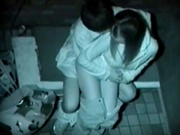 """【悲報】夜中に青姦するバカップル、見事に """" 暗視カメラ """" で撮影されるwwwwwwwwwwwwwww(画像あり)・20枚目"""