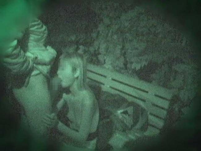 """【悲報】夜中に青姦するバカップル、見事に """" 暗視カメラ """" で撮影されるwwwwwwwwwwwwwww(画像あり)・24枚目"""