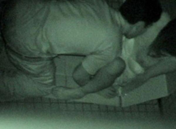"""【悲報】夜中に青姦するバカップル、見事に """" 暗視カメラ """" で撮影されるwwwwwwwwwwwwwww(画像あり)・26枚目"""