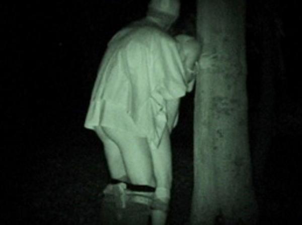 """【悲報】夜中に青姦するバカップル、見事に """" 暗視カメラ """" で撮影されるwwwwwwwwwwwwwww(画像あり)・29枚目"""