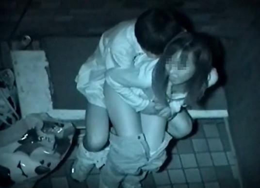 """【悲報】夜中に青姦するバカップル、見事に """" 暗視カメラ """" で撮影されるwwwwwwwwwwwwwww(画像あり)・30枚目"""