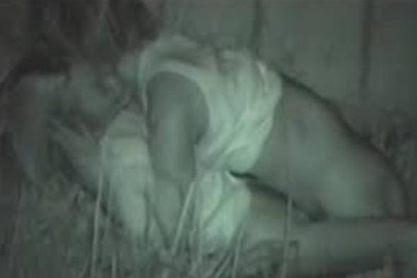 """【悲報】夜中に青姦するバカップル、見事に """" 暗視カメラ """" で撮影されるwwwwwwwwwwwwwww(画像あり)・4枚目"""