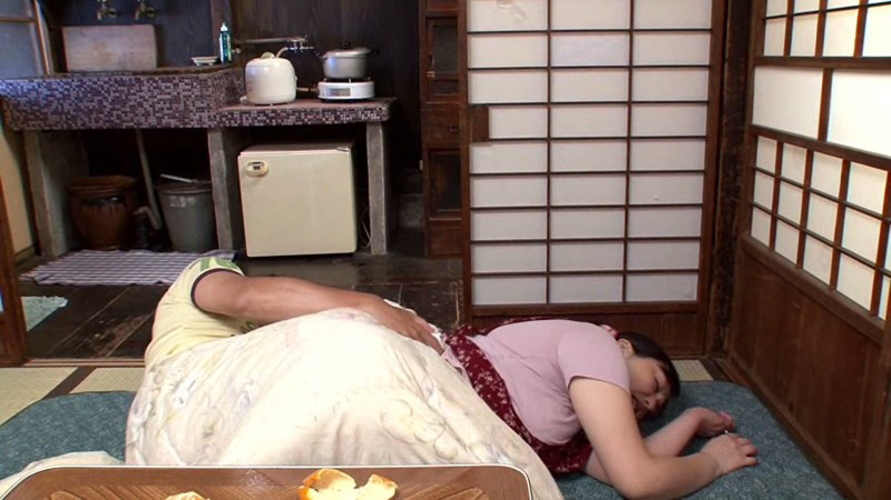 【家庭内エロ画像】コタツから出たくないエロい女が撮影されるwwwww(画像あり)・7枚目