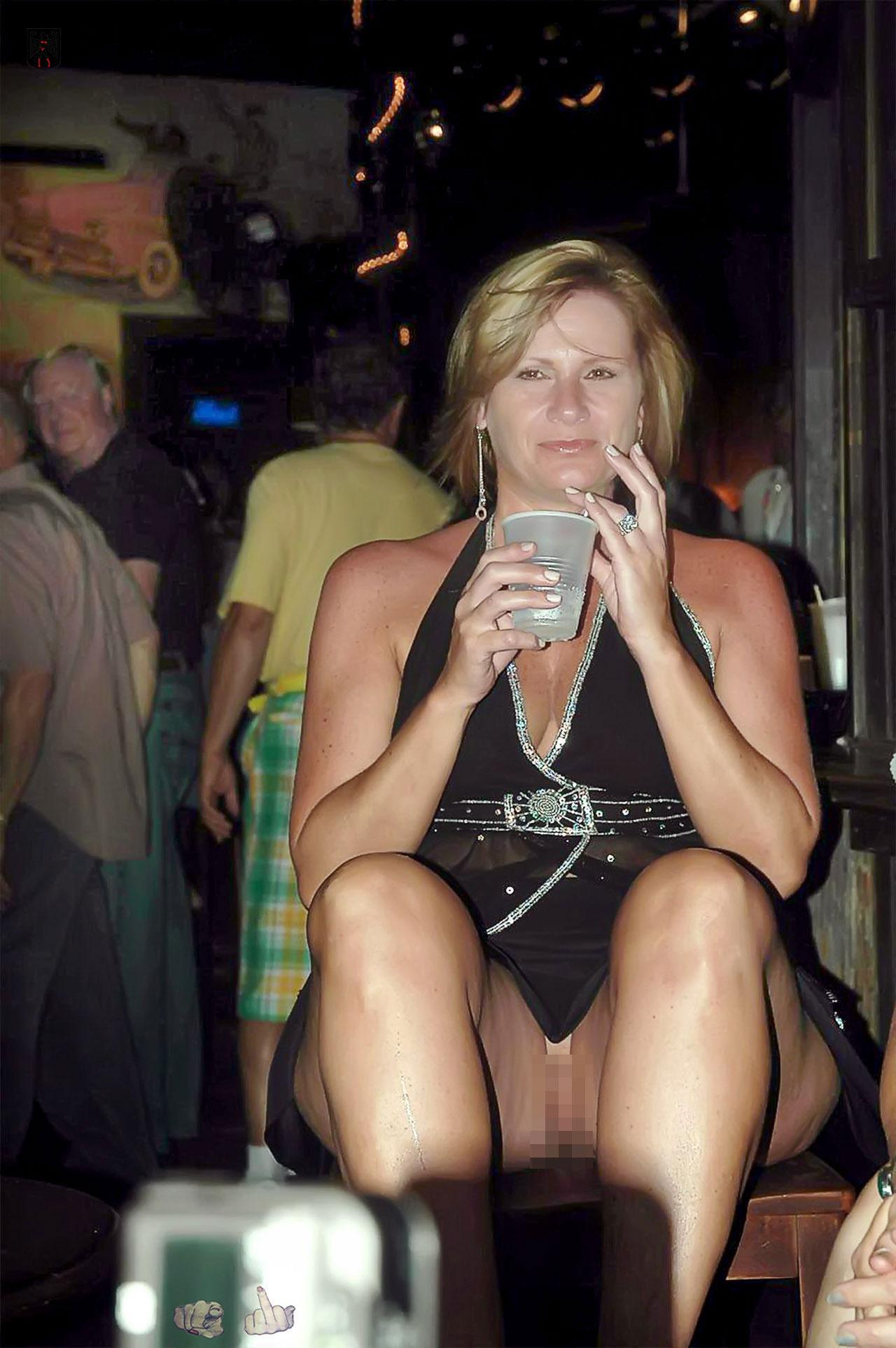 【露出注意】異常に見せたがる人妻熟女のエロ画像集 36枚・25枚目