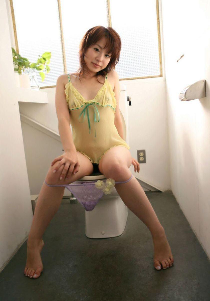 【マニア歓喜】ラブホのトイレで取られたであろう聖水中の女の子たち。(画像あり)・14枚目