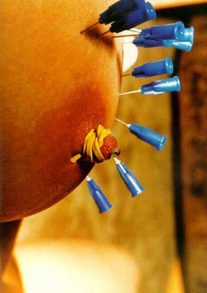 【閲覧注意】乳首やクリトリスを針で貫通させられた女性の反応が怖すぎてワロエナイ・・・・・・19枚目