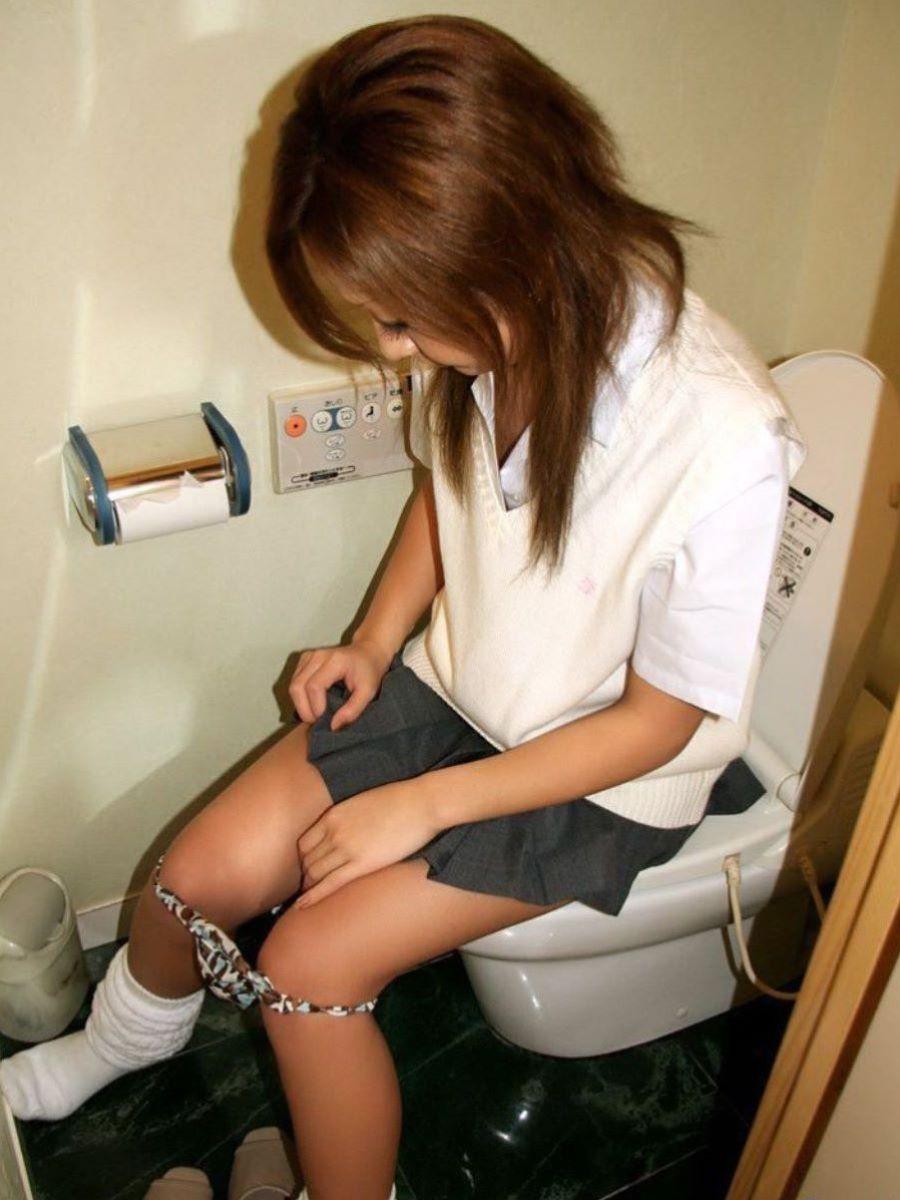 【マニア歓喜】ラブホのトイレで取られたであろう聖水中の女の子たち。(画像あり)・5枚目