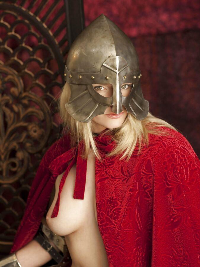 【画像あり】「甲冑ヌード」とかいう甲冑とエロを融合した鎧女をご覧くださいwwwww・15枚目