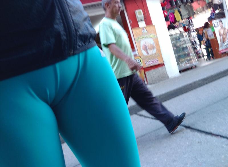 【画像】街中で堂々とマンコアピールする女ってなんなの???・23枚目