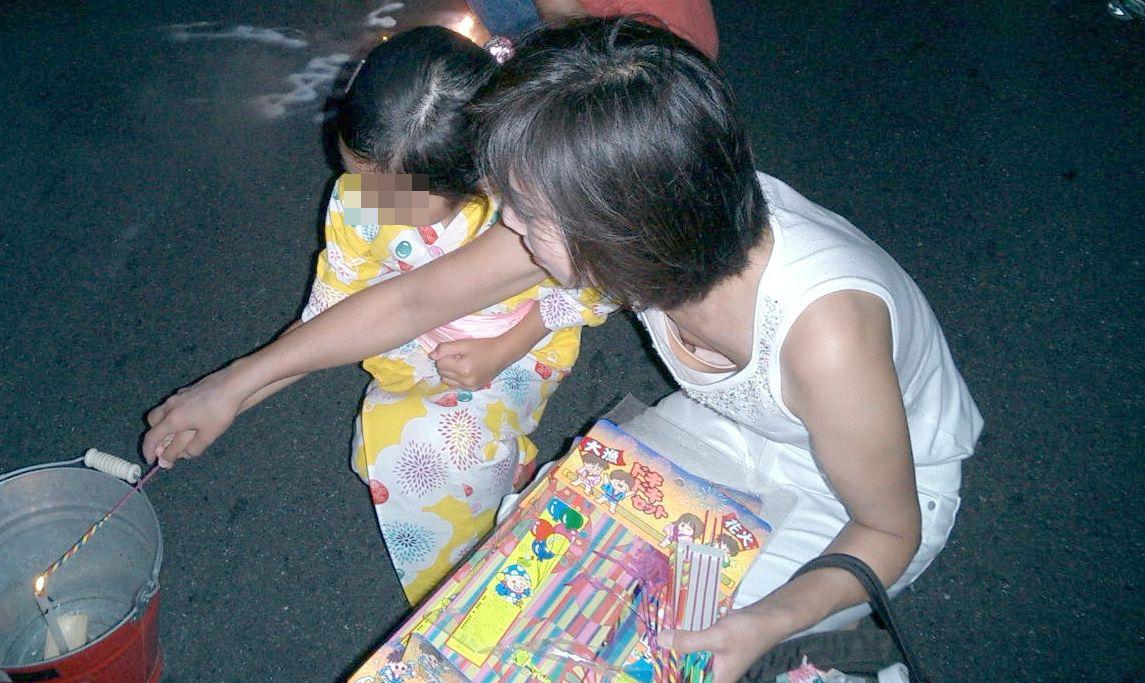 子連れママ おっぱいポロリ 画像020