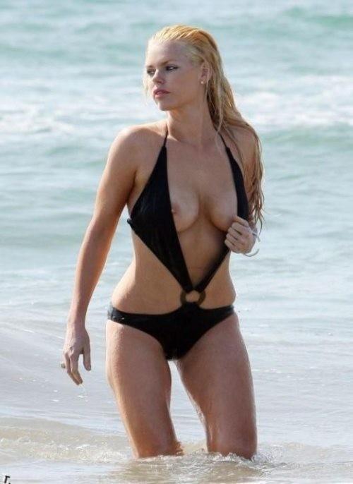 【画像あり】全裸より抜けるビーチでポロリハプニン具wwwwwwwwwww・10枚目