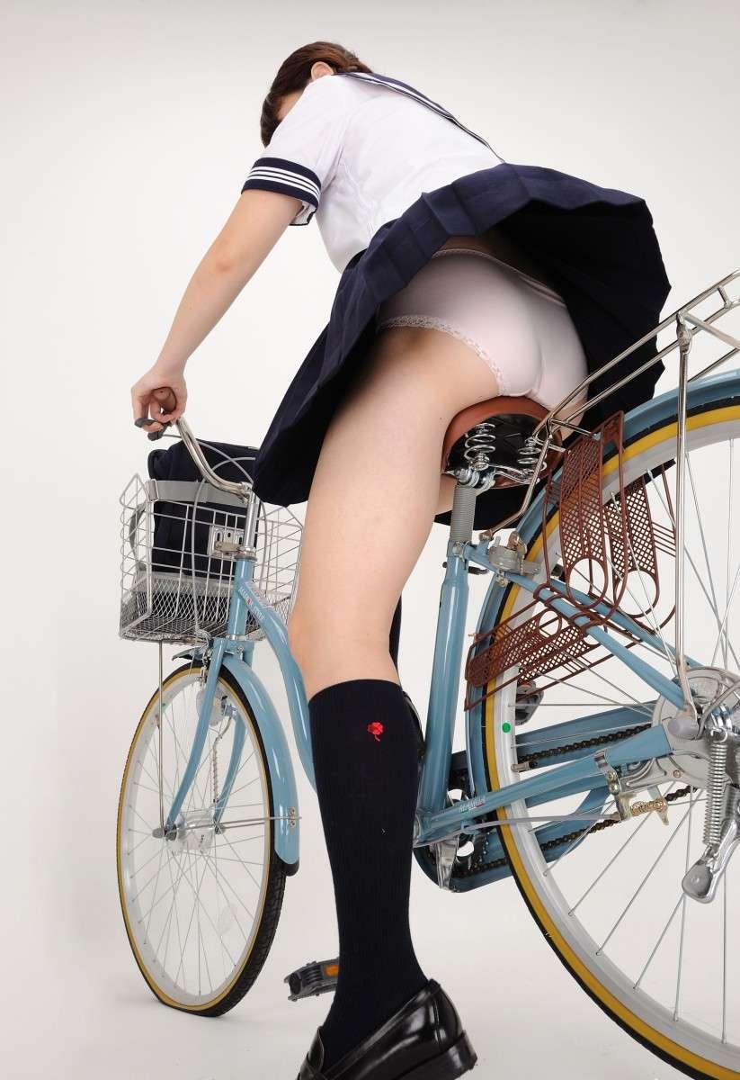 【画像】自転車に乗るJKの太ももをローアングルで覗いてみた画像を晒してくwwwwwwwwwwww・10枚目