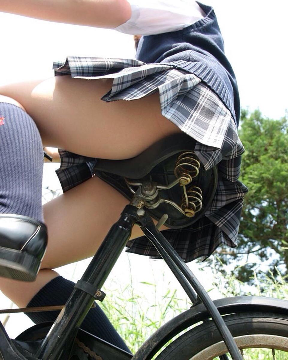 【画像】自転車に乗るJKの太ももをローアングルで覗いてみた画像を晒してくwwwwwwwwwwww・15枚目