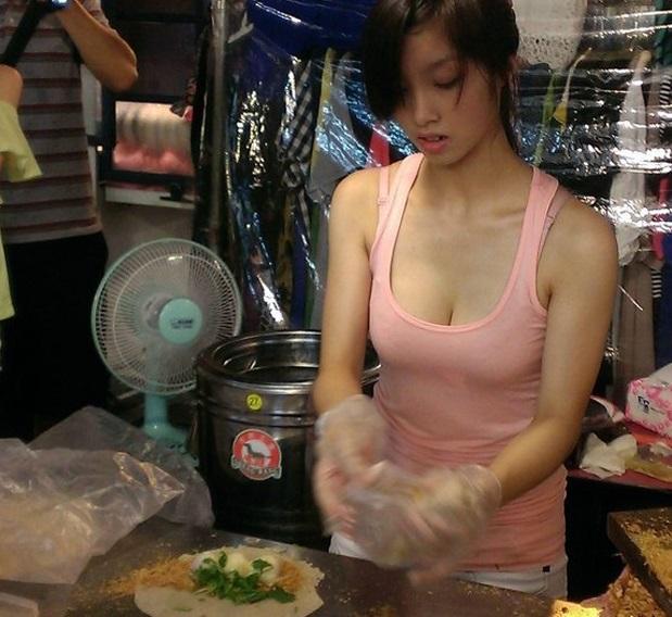 【エロ画像】台湾の屋台店員まんさん、売上のために乳見せすぎ問題wwwwwwwwwwwwww・18枚目