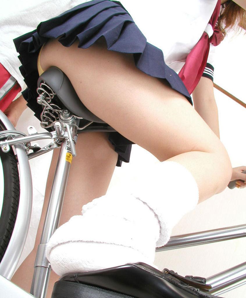 【画像】自転車に乗るJKの太ももをローアングルで覗いてみた画像を晒してくwwwwwwwwwwww・20枚目