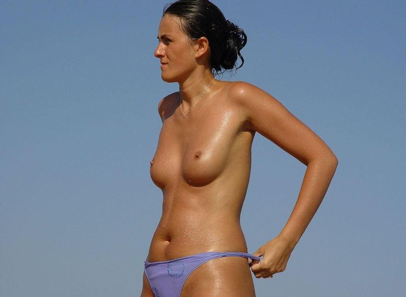 ヌーディストビーチで乳首勃起してる女の子が撮影される。36枚・23枚目