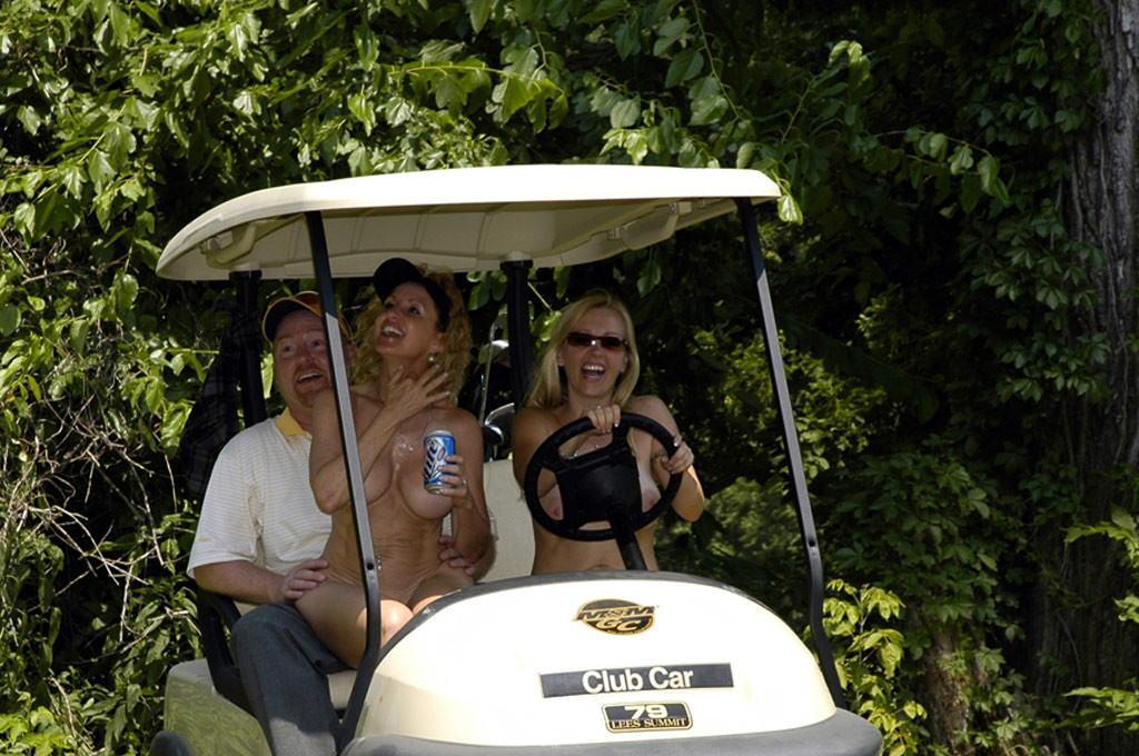 密かに開催されるお金持ち向け全裸ゴルフをご覧くださいwwwwwwwwww(画像あり)・23枚目