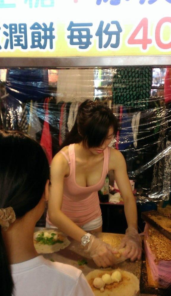 【エロ画像】台湾の屋台店員まんさん、売上のために乳見せすぎ問題wwwwwwwwwwwwww・26枚目