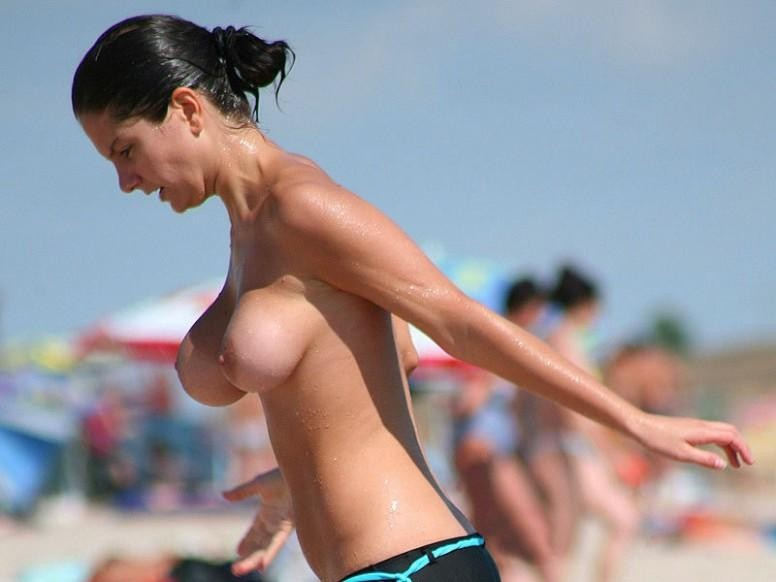 ヌーディストビーチで乳首勃起してる女の子が撮影される。36枚・33枚目