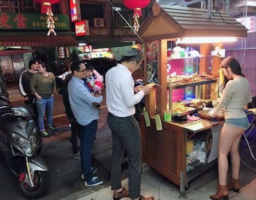 【エロ画像】台湾の屋台店員まんさん、売上のために乳見せすぎ問題wwwwwwwwwwwwww・8枚目