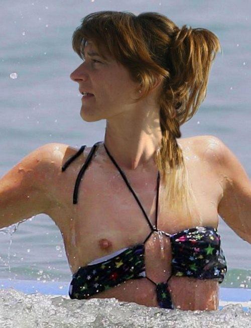 【画像あり】全裸より抜けるビーチでポロリハプニン具wwwwwwwwwww・9枚目
