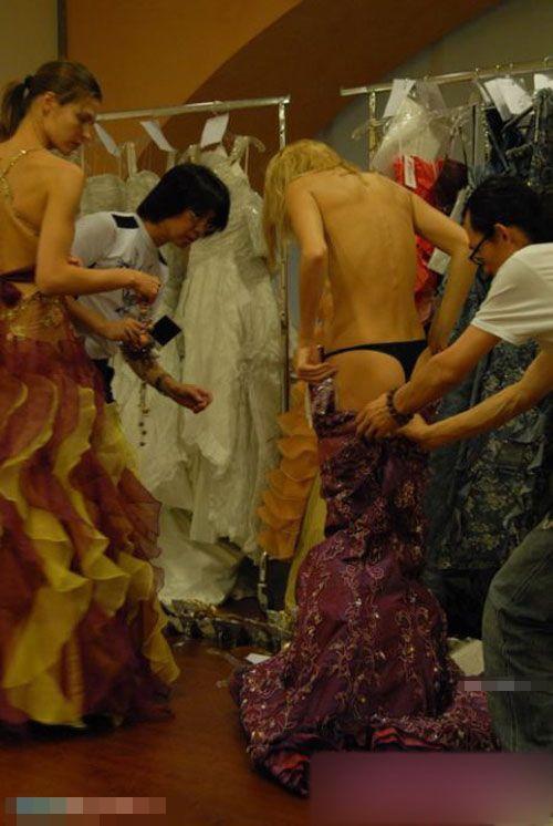 【巨乳あり】ファッションショーの裏側の様子をご覧くださいwwwwwwwwww(画像63枚)・1枚目
