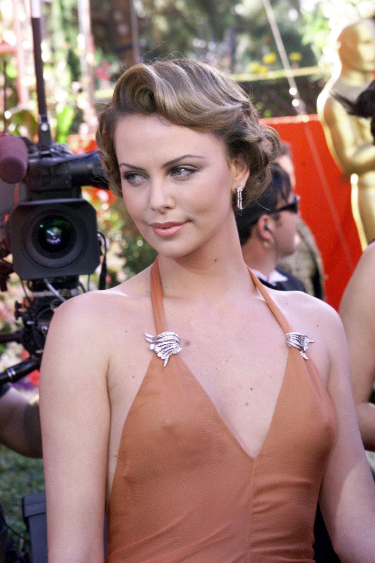 チラリどころかおっぱいポロンと飛び出してるハリウッド女優のメガハプニングwwwwwww(画像37枚)・15枚目