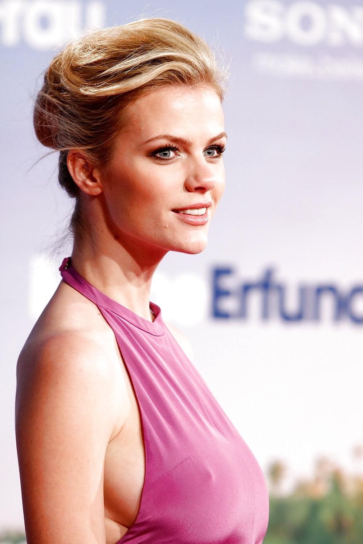 チラリどころかおっぱいポロンと飛び出してるハリウッド女優のメガハプニングwwwwwww(画像37枚)・24枚目