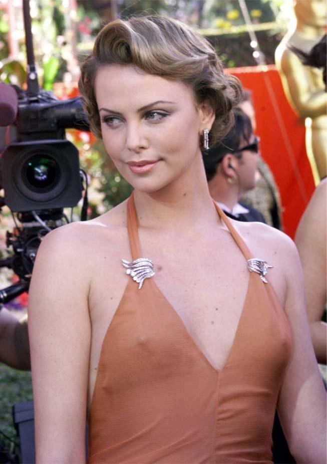 チラリどころかおっぱいポロンと飛び出してるハリウッド女優のメガハプニングwwwwwww(画像37枚)・30枚目