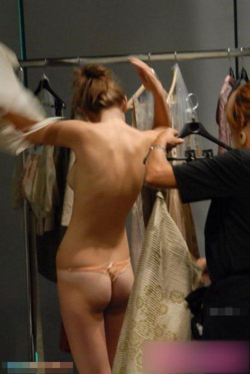 【巨乳あり】ファッションショーの裏側の様子をご覧くださいwwwwwwwwww(画像63枚)・43枚目