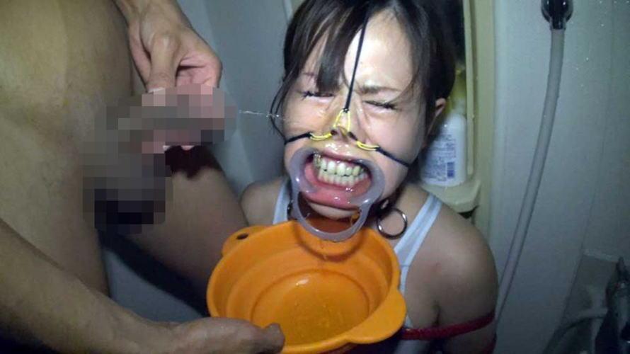 【鬼畜】開口器で広げらたままザーメンや尿を流し込まれてる上級者向けのSM画像集・7枚目