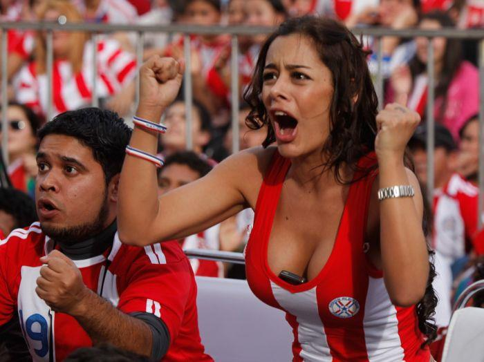 海外サッカーの美女サポーター、おっぱいポロリしても気づかないwwwwwwwwwwww(画像あり)・1枚目