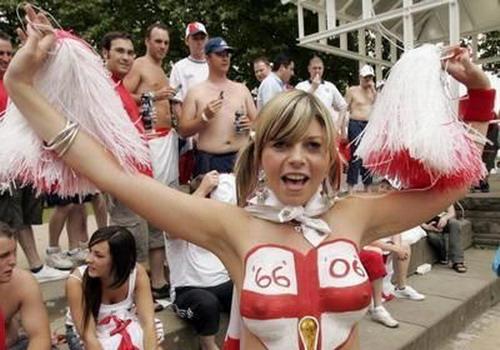 海外サッカーの美女サポーター、おっぱいポロリしても気づかないwwwwwwwwwwww(画像あり)・11枚目