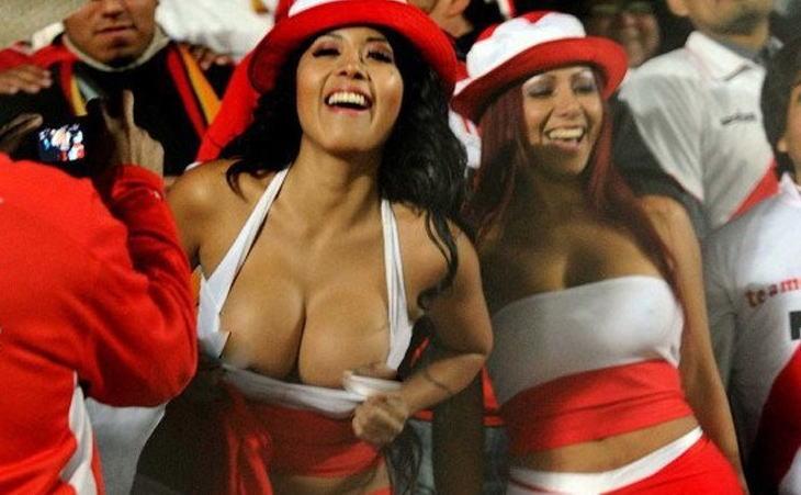 海外サッカーの美女サポーター、おっぱいポロリしても気づかないwwwwwwwwwwww(画像あり)・12枚目