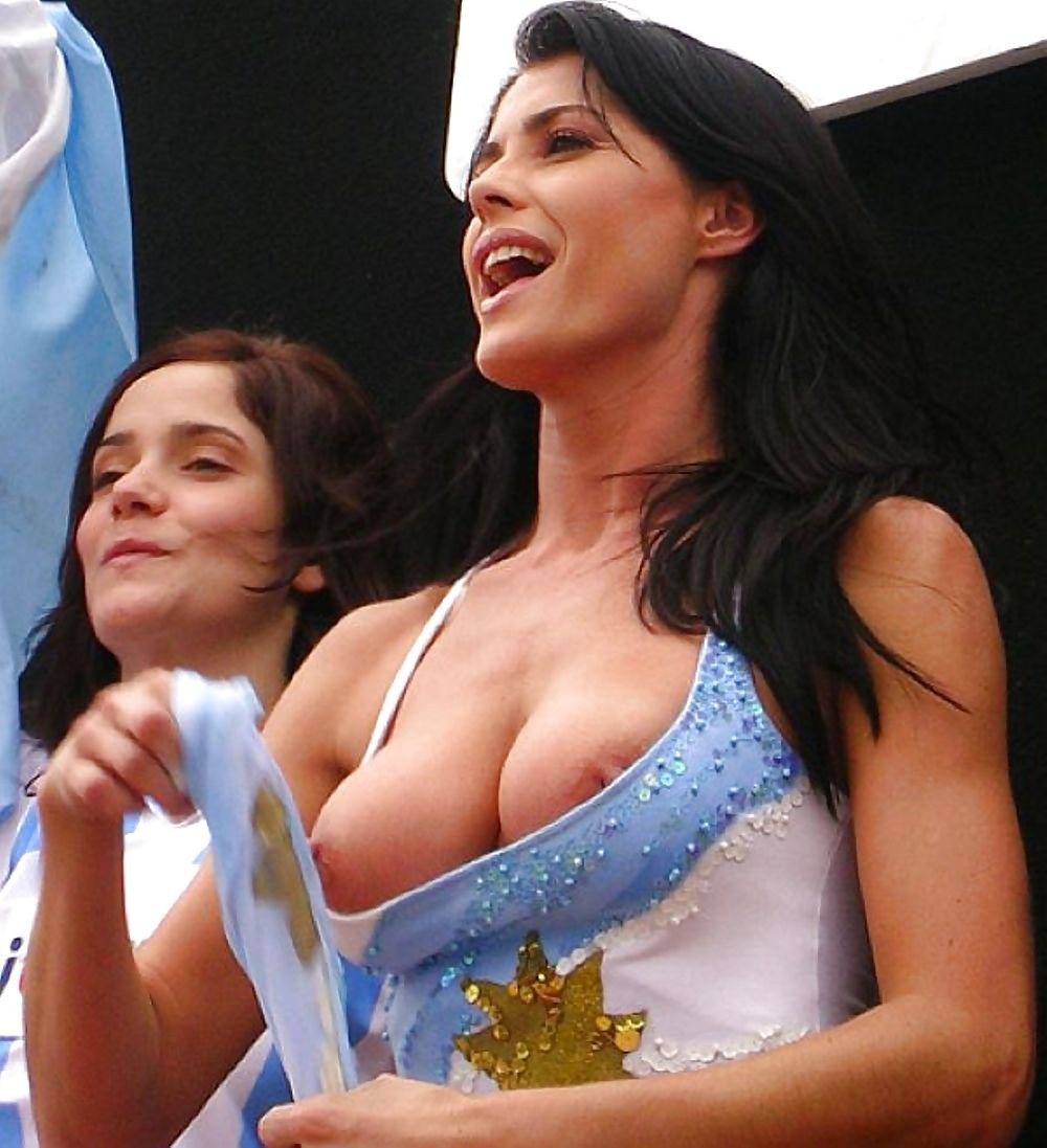 海外サッカーの美女サポーター、おっぱいポロリしても気づかないwwwwwwwwwwww(画像あり)・13枚目