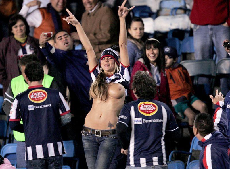 海外サッカーの美女サポーター、おっぱいポロリしても気づかないwwwwwwwwwwww(画像あり)・15枚目