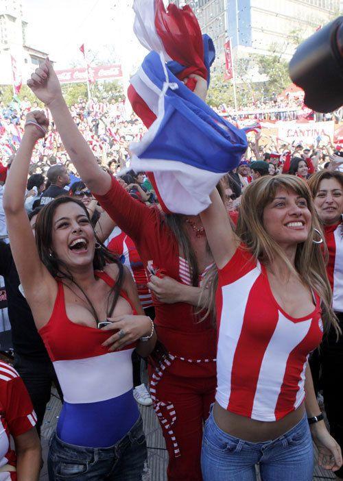 海外サッカーの美女サポーター、おっぱいポロリしても気づかないwwwwwwwwwwww(画像あり)・16枚目