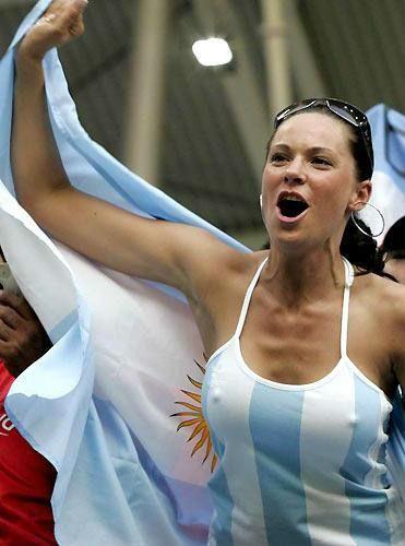 海外サッカーの美女サポーター、おっぱいポロリしても気づかないwwwwwwwwwwww(画像あり)・17枚目