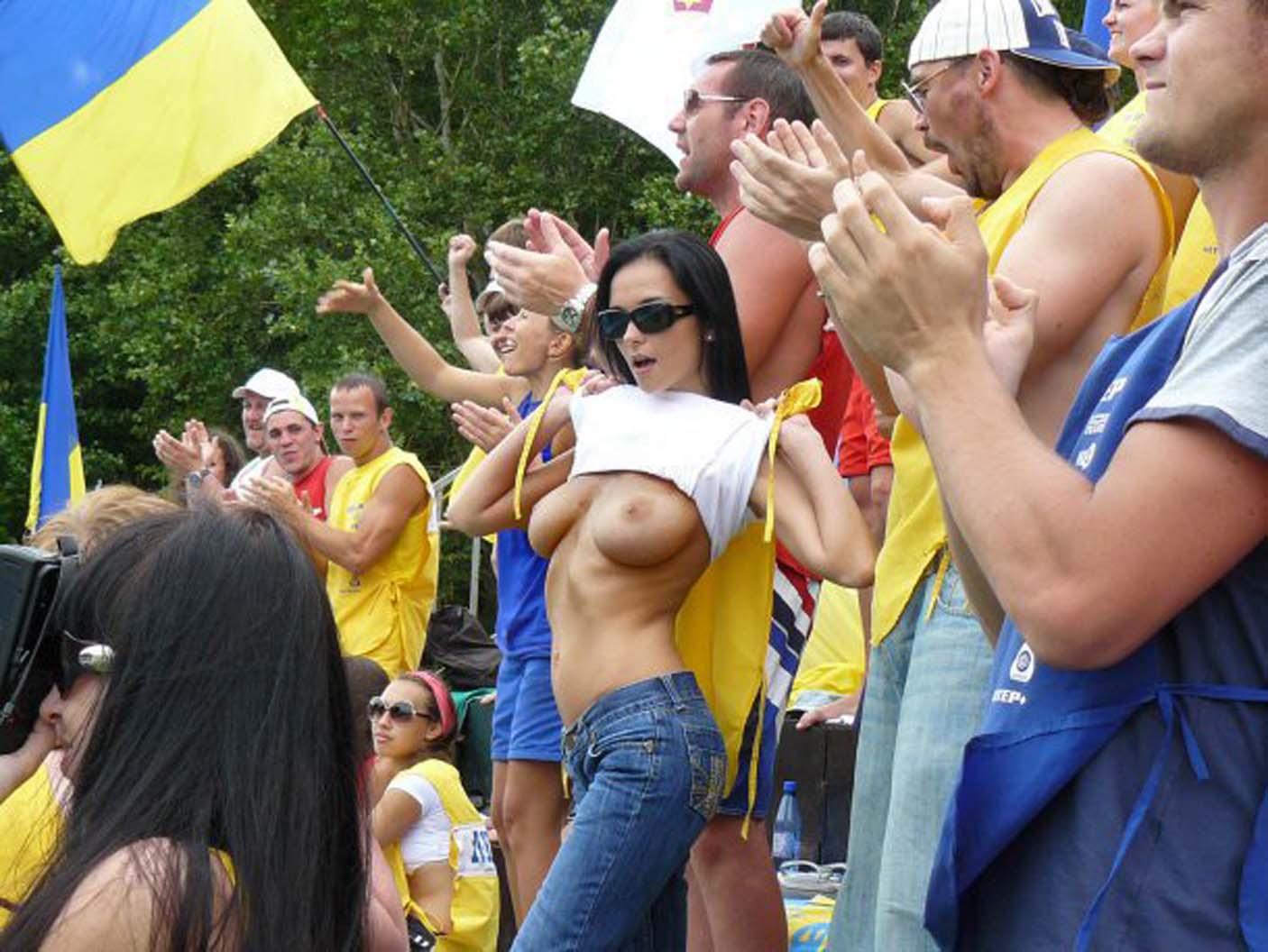 海外サッカーの美女サポーター、おっぱいポロリしても気づかないwwwwwwwwwwww(画像あり)・20枚目