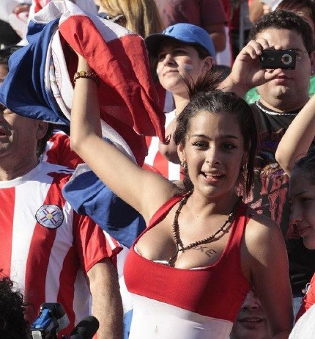 海外サッカーの美女サポーター、おっぱいポロリしても気づかないwwwwwwwwwwww(画像あり)・23枚目