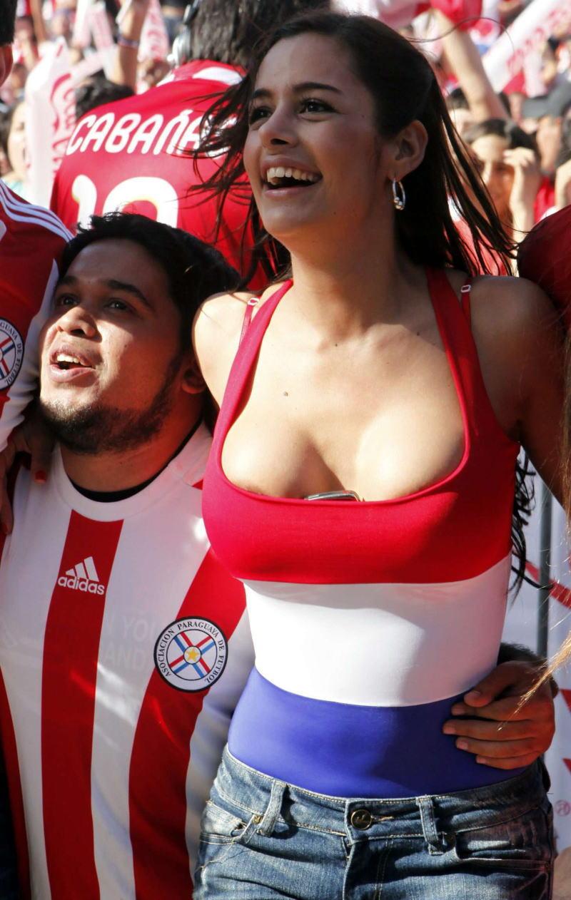 海外サッカーの美女サポーター、おっぱいポロリしても気づかないwwwwwwwwwwww(画像あり)・3枚目