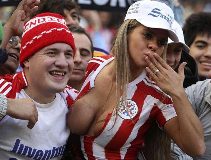 海外サッカーの美女サポーター、おっぱいポロリしても気づかないwwwwwwwwwwww(画像あり)・8枚目