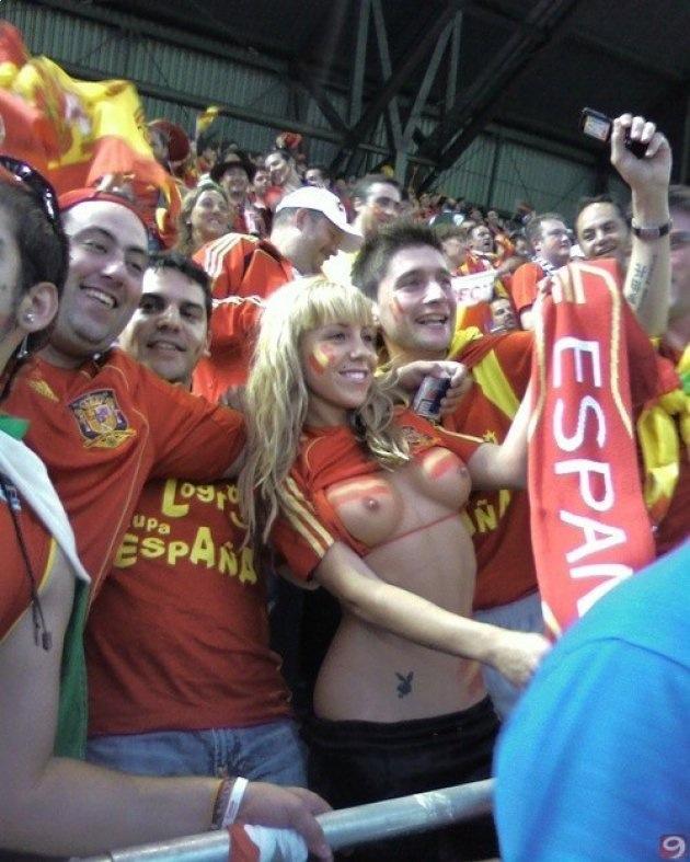 海外サッカーの美女サポーター、おっぱいポロリしても気づかないwwwwwwwwwwww(画像あり)・9枚目