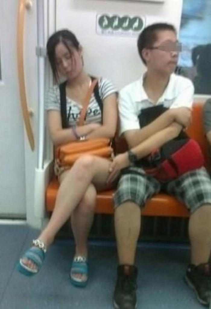 【逮捕覚悟】満員電車で性欲に負けて堂々と痴漢行為をしてる画像集・15枚目